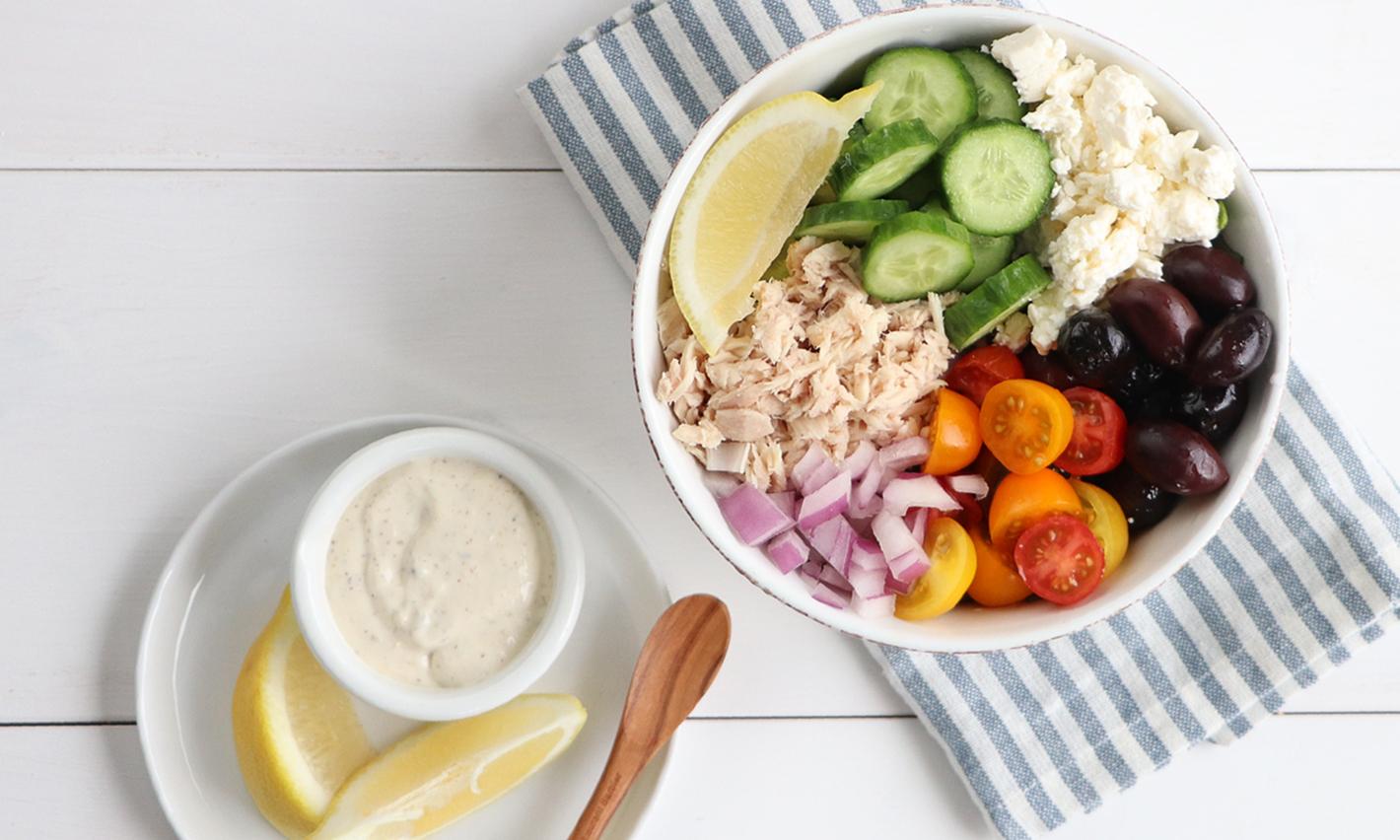 Salade de thon en morceaux et concombre